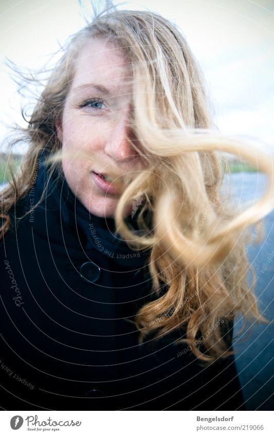 Windstärke Lifestyle elegant Stil Design Haare & Frisuren Gesicht Kosmetik Junge Frau Jugendliche Leben Auge schlechtes Wetter Sturm Mantel blond langhaarig