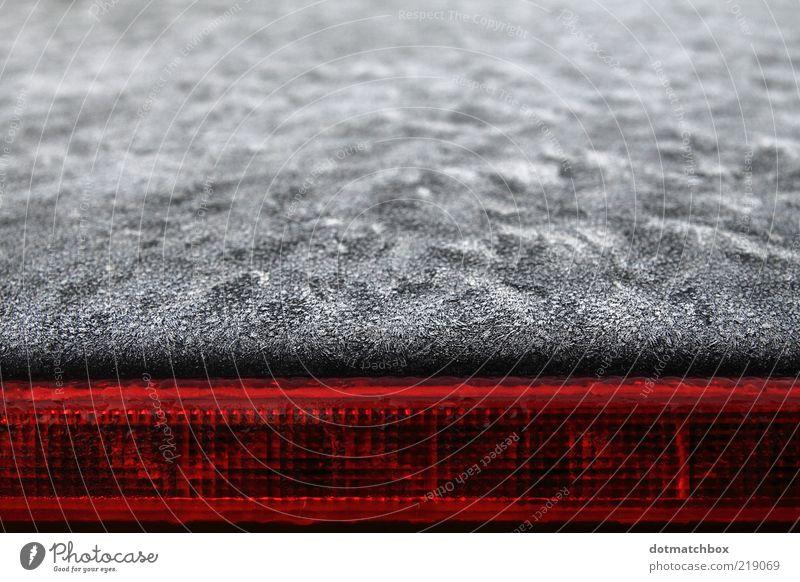 White frost meets warm red Wasser weiß rot schwarz Farbe kalt PKW Eis Linie Metall Frost Jahreszeiten Oberfläche KFZ abstrakt Morgen