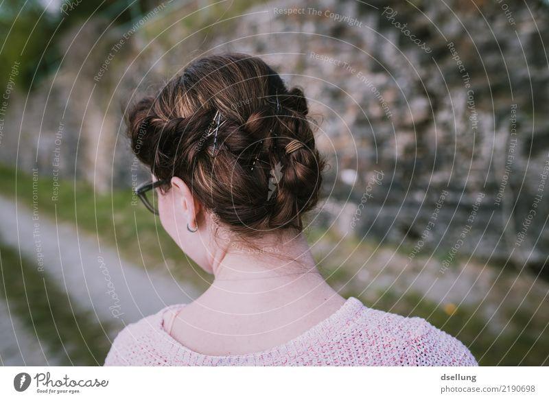 Blick auf Frisur einer Frau in den Weinbergen feminin Junge Frau Jugendliche Erwachsene Kopf Haare & Frisuren 1 Mensch 18-30 Jahre brünett langhaarig Zopf