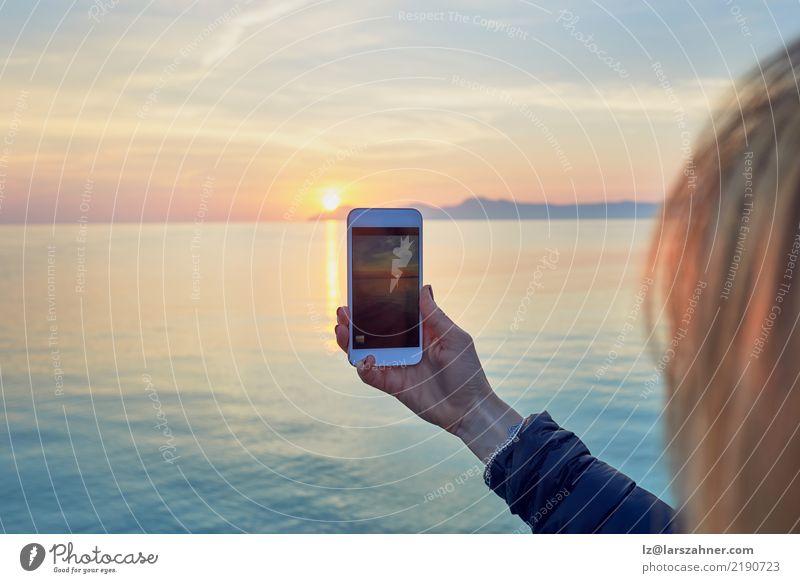Frau Mensch Ferien & Urlaub & Reisen Sommer Sonne Meer Erwachsene Textfreiraum Technik & Technologie Fotografie Handy Fotokamera Sightseeing PDA Tourist