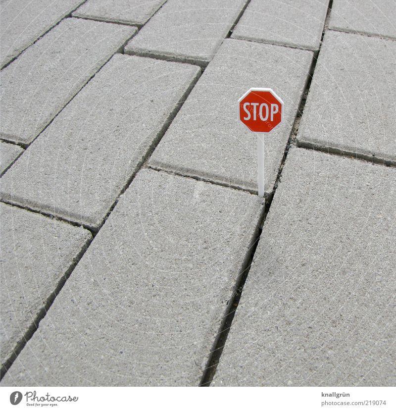 STOP weiß rot Straße grau klein Schilder & Markierungen Verkehr Sicherheit Kommunizieren stehen Schriftzeichen Schutz stoppen Zeichen Hinweisschild Verkehrswege