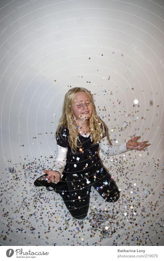 Sterntaler Mensch Kind Mädchen Freude lachen Feste & Feiern glänzend blond Silvester u. Neujahr Karneval fangen Kindheit Spielen entdecken Leidenschaft