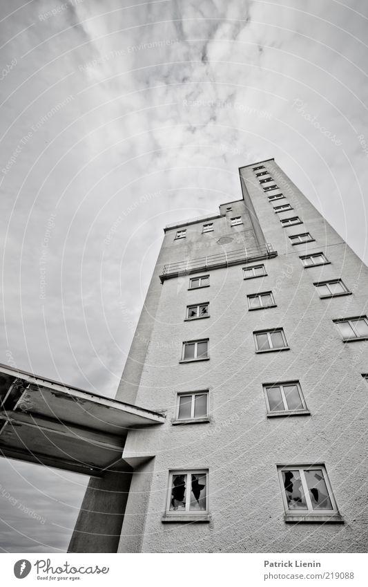 Einstürzende Altbauten alt Wolken dunkel Wand Fenster Mauer Gebäude Stimmung dreckig Architektur Hochhaus hoch gefährlich trist Fabrik