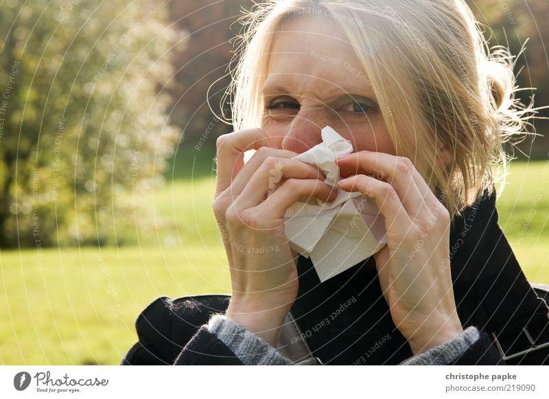 Hatschi Krankheit Allergie feminin Junge Frau Jugendliche Gesicht 1 Mensch 18-30 Jahre Erwachsene Herbst blond Reinigen Ekel Reinlichkeit Sauberkeit Erkältung