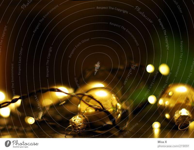 Weihnachtsdeko leuchten dunkel glänzend Weihnachtsdekoration Weihnachten & Advent Glaskugel Christbaumkugel Baumschmuck Lichterkette Farbfoto mehrfarbig