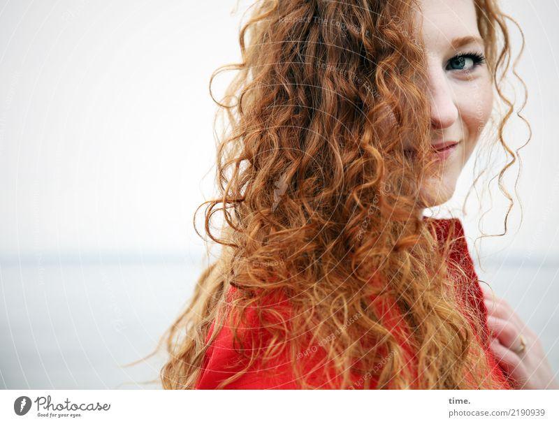 Nina feminin Frau Erwachsene 1 Mensch Wasser Horizont Küste Ostsee Kleid rothaarig langhaarig Locken beobachten Lächeln Blick schön Wärme wild Lebensfreude