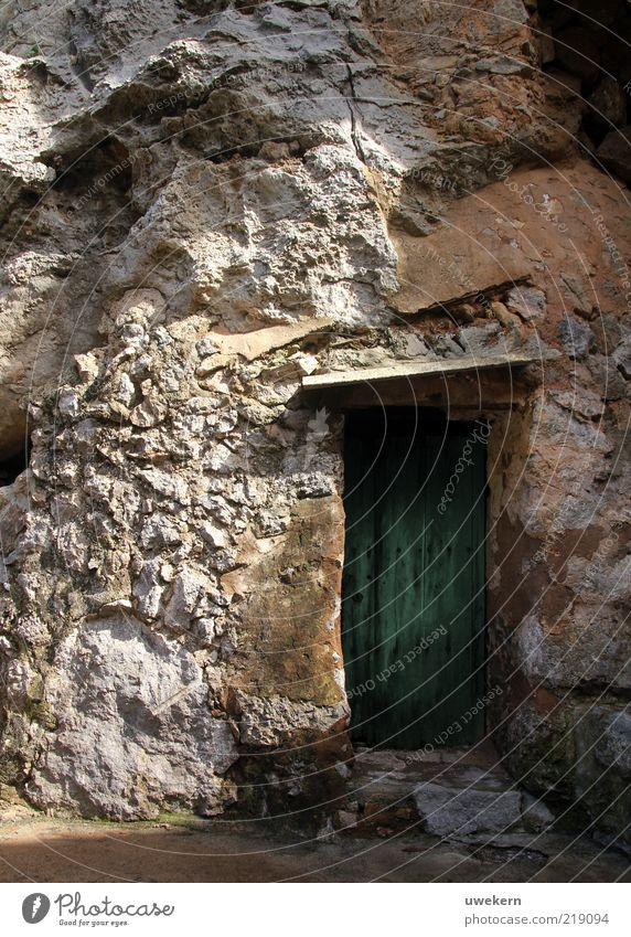 my cave is my castle Natur alt grün Stein Tür Umwelt Erde geschlossen Eingang Schönes Wetter Mallorca Durchgang massiv Eingangstür Felswand Steinwand