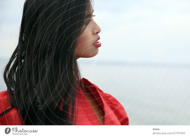 Pinkaholickaye feminin Frau Erwachsene 1 Mensch Wasser Himmel Horizont Ostsee Kleid schwarzhaarig langhaarig beobachten Blick schön selbstbewußt Coolness