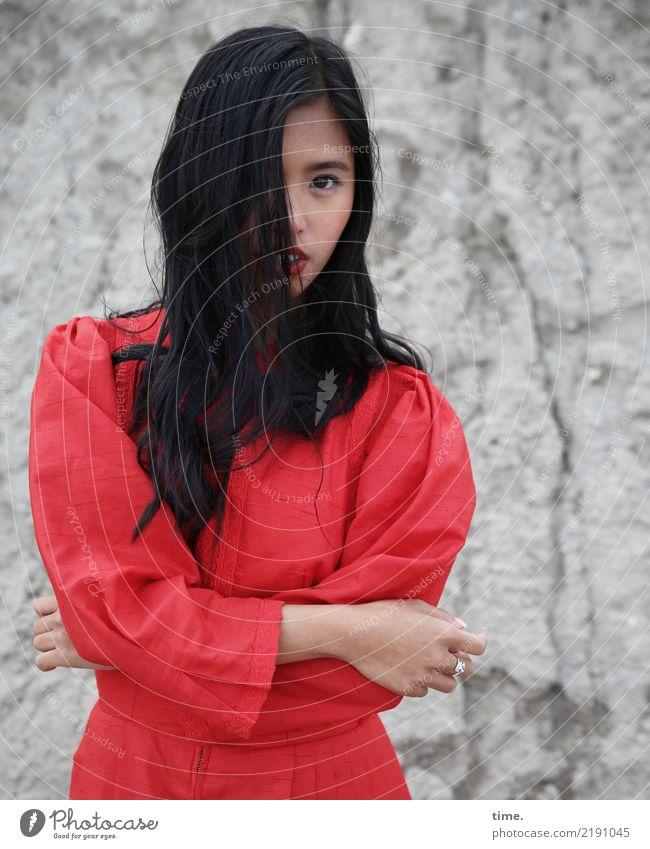 . Frau Mensch schön rot Erwachsene feminin Denken Felsen stehen warten beobachten Coolness Neugier Schutz Sicherheit festhalten