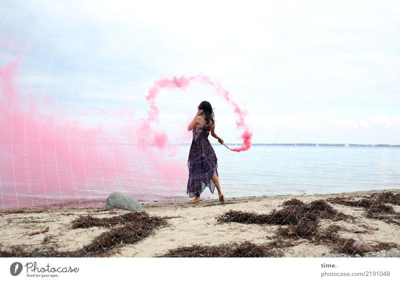 . Frau Mensch Himmel schön Strand Erwachsene Leben Wege & Pfade feminin Küste Spielen außergewöhnlich Sand gehen ästhetisch stehen