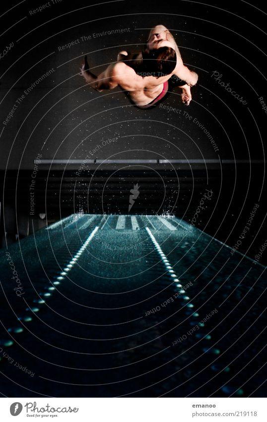 Abflug Mensch Jugendliche Freude Erwachsene dunkel Bewegung springen Kraft fliegen Wassertropfen Lifestyle Coolness einzigartig Körperhaltung Schwimmbad Sport