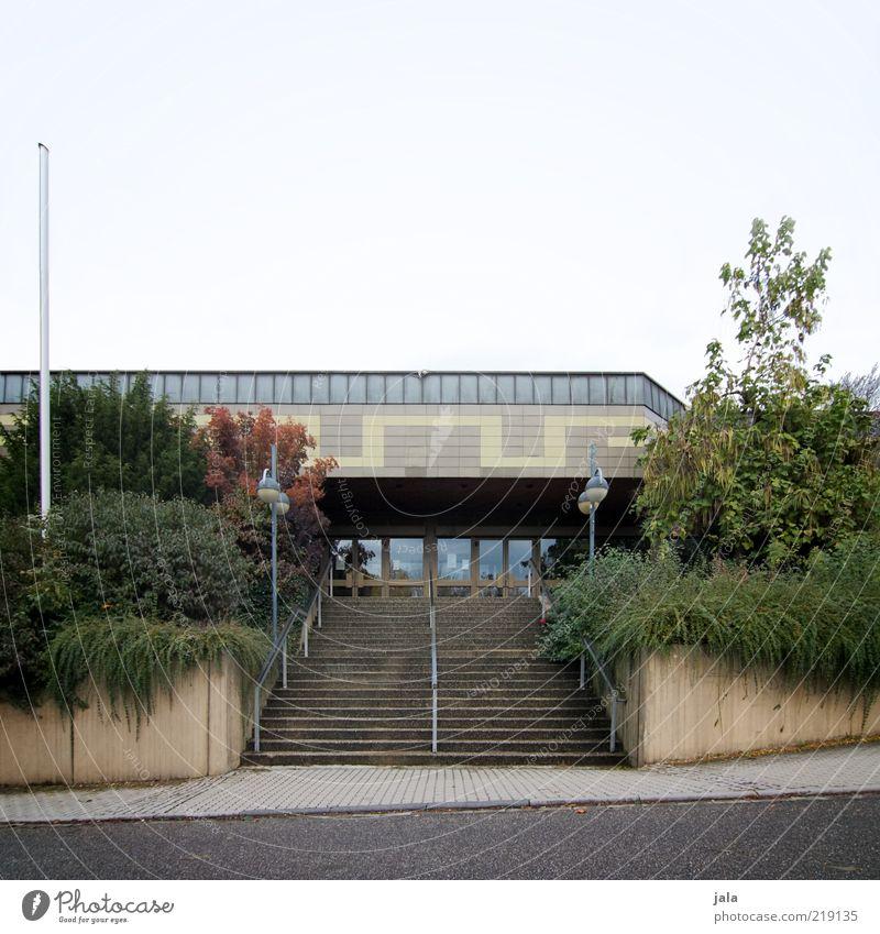 haupteingang Himmel Pflanze Haus Straße Wege & Pfade Gebäude Architektur Beton Treppe trist Sträucher Bauwerk Halle