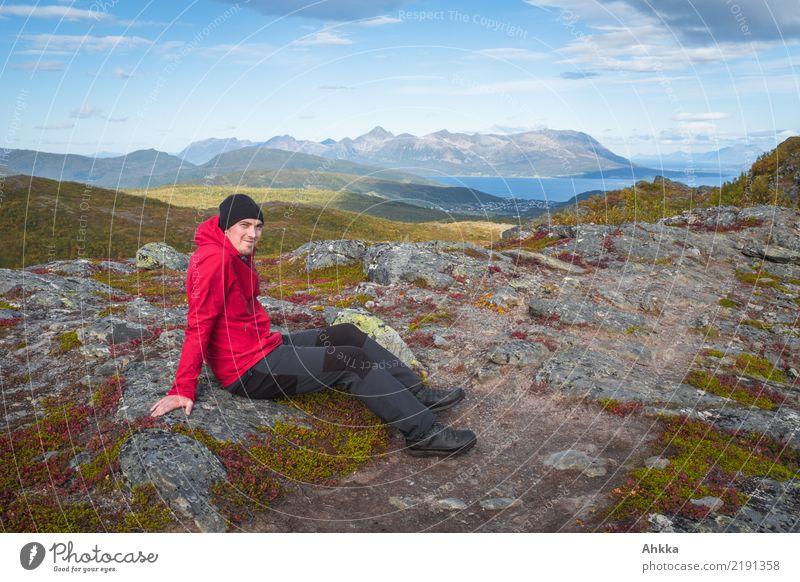 Junger Mann vor norwegischer Kulisse Ferien & Urlaub & Reisen Ausflug Abenteuer Jugendliche Natur Landschaft Herbst Felsen Berge u. Gebirge Meer Norwegen