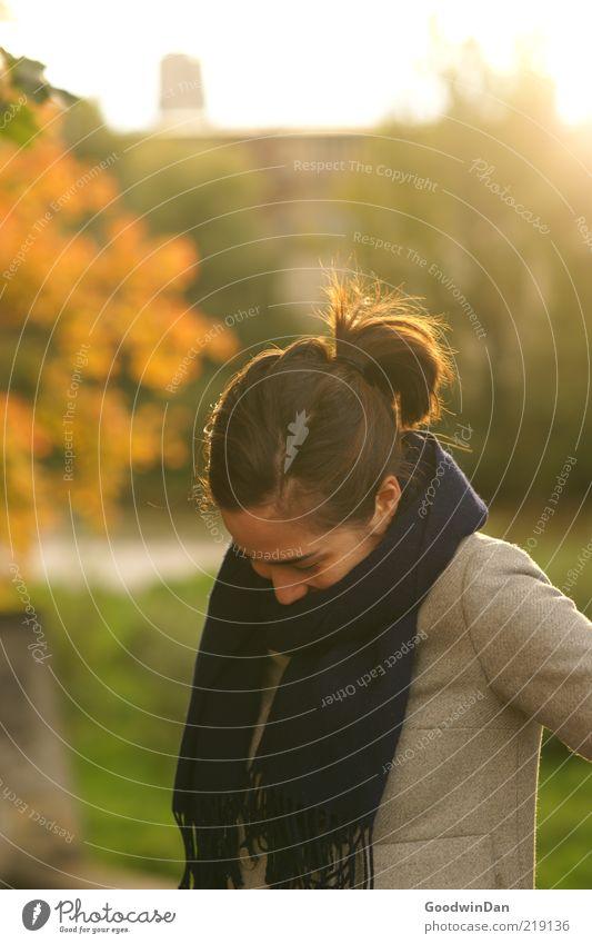 schüchtern heute? Mensch feminin Junge Frau Jugendliche 1 Umwelt Natur Schal Haare & Frisuren brünett kalt niedlich schön Gefühle Stimmung lachen warten