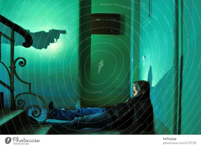 wenn der postmann-2x klingelt Mensch Mann Haus Leben dunkel Stil Tod Angst Erwachsene maskulin liegen Innenarchitektur Treppengeländer Treppenhaus Briefkasten
