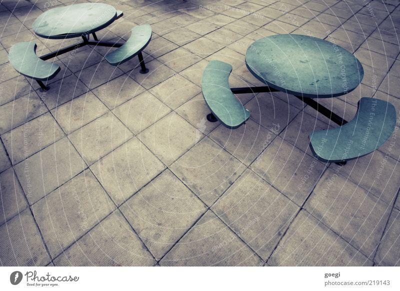 Aaaaaaah....sie kommen! Tisch Bank Betonplatte Stein Holz Metall Kunststoff dunkel gruselig kalt trist blau grau grün Angst Täuschung Farbfoto Außenaufnahme
