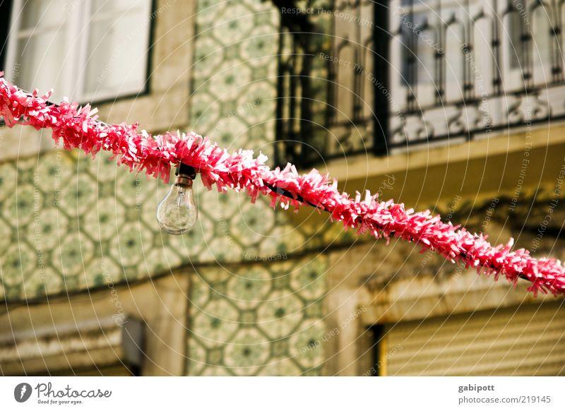 fiesta Veranstaltung Feste & Feiern Fassade Balkon Fröhlichkeit rosa Lebensfreude Lissabon Lichterkette Glühbirne Girlande Festspiele Festbeleuchtung festlich
