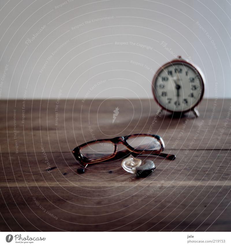 es ist an der zeit... Holz braun grau Brille Hörgerät Wecker Zeit Sinnesorgane Farbfoto Innenaufnahme Textfreiraum oben Hintergrund neutral Tag Menschenleer