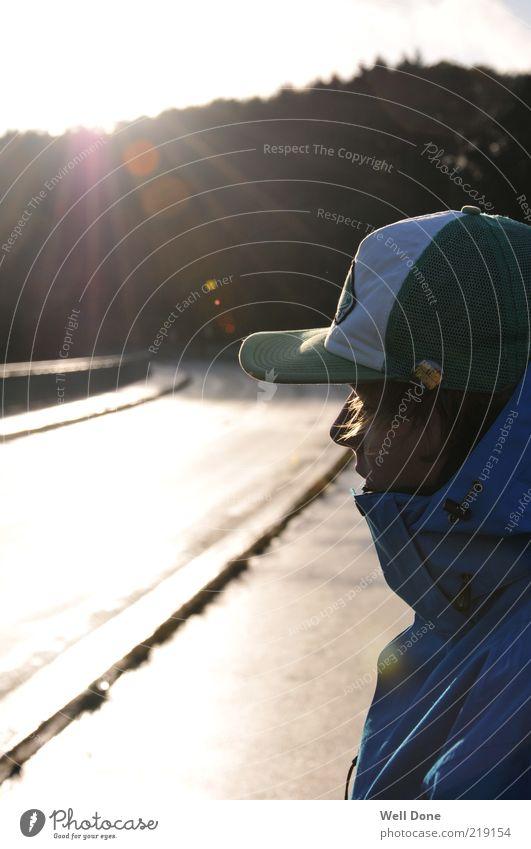 Enjoy the sunshine maskulin Mann Erwachsene Gesicht 1 Mensch 18-30 Jahre Jugendliche Jacke Mütze blond trendy Sonnenlicht Herbst Straße Brücke Wald Gegenlicht