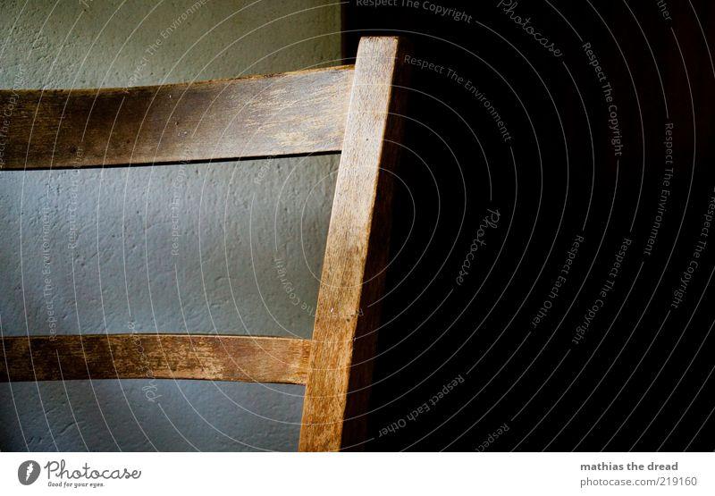STUHL alt ruhig Einsamkeit dunkel Wand Holz rund Stuhl Nostalgie bewegungslos anlehnen Stuhllehne geschwungen Möbel Abnutzung