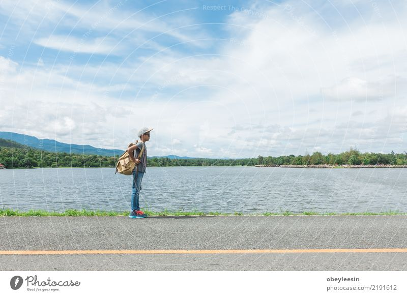 junger asiatischer Junge, der alleine am Naturpark reist Ferien & Urlaub & Reisen Sommer Leben Stil Holz Business Mode Ausflug retro Schuhe Aussicht Tisch