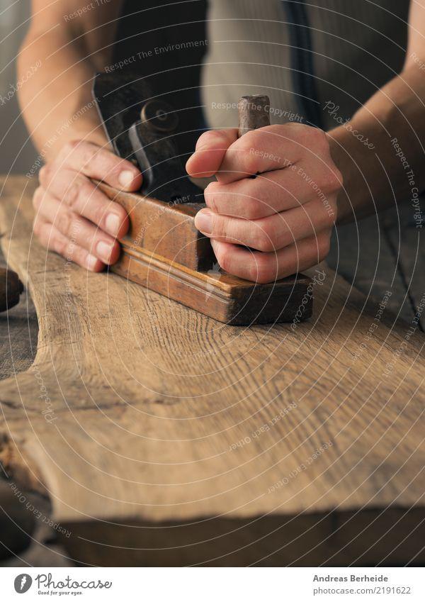 Holzbearbeitung mit einem Hobel Handwerker Baustelle Mittelstand Werkzeug retro Idee einzigartig Kreativität carpenter carpentry construction craft handyman