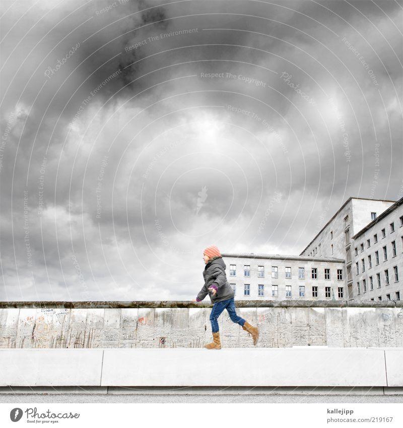 auf der mauer, auf der lauer Mensch Kind Stadt Wolken Haus Freude Mädchen Fenster Wand Leben Berlin Spielen Mauer oben gehen Wetter
