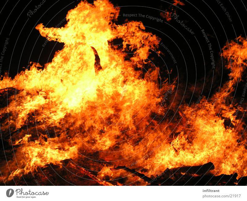 Feuerteufel 1 brennen Physik heiß Hexenfeuer gelb rot Nacht Brand Flamme Wärme