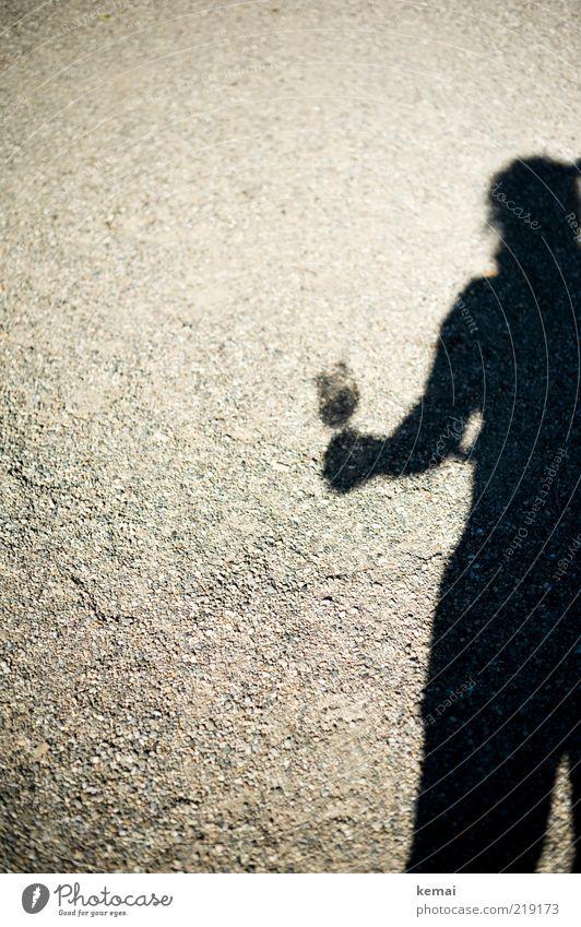 Nachschub holen Getränk Alkohol Wein Glas Weinglas Mensch Frau Erwachsene 1 Stein stehen dunkel hell Schatten Farbfoto Außenaufnahme Textfreiraum links Tag