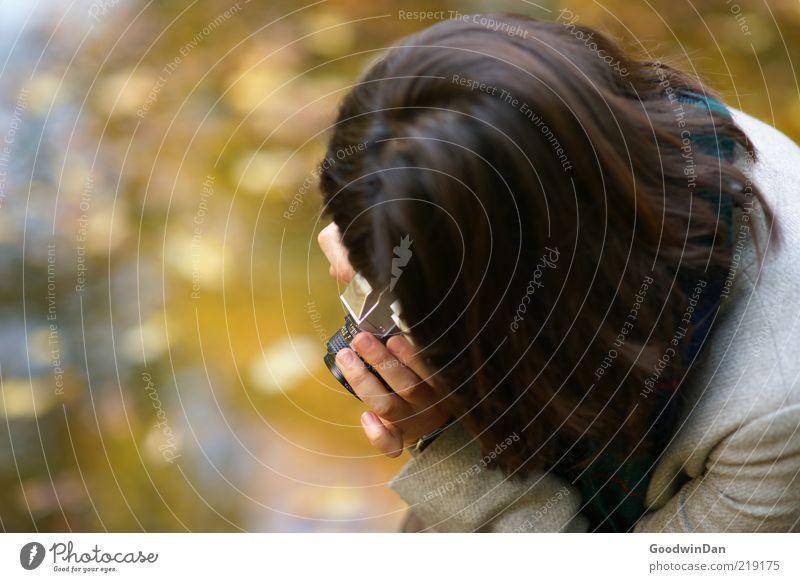 sekunde.. Mensch Frau ruhig Erwachsene Gefühle Kopf Haare & Frisuren Stimmung Fotokamera Konzentration brünett Fotograf Fotografieren Schal Vorfreude geduldig