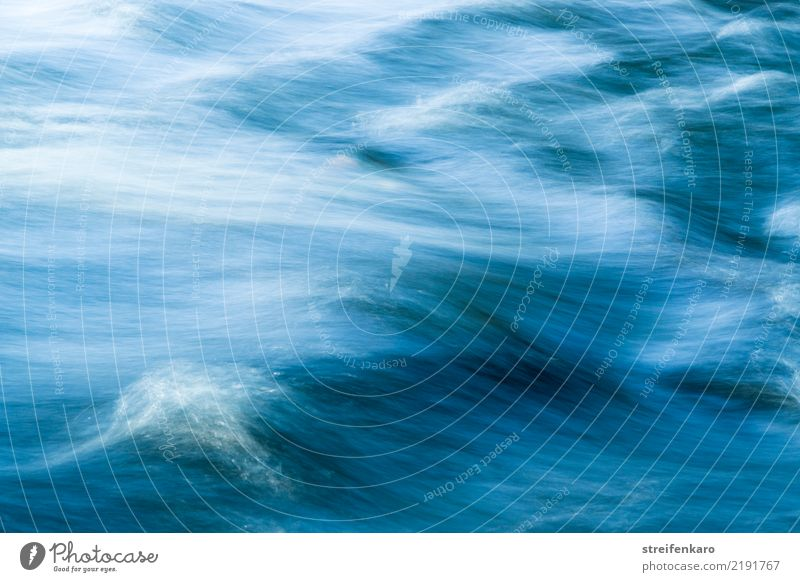 Das Wasser des schnellfließenden Flusses floss so schnell vorbei, dass die Wellen kaum scharf zu sehen waren harmonisch Wohlgefühl Umwelt Natur Landschaft