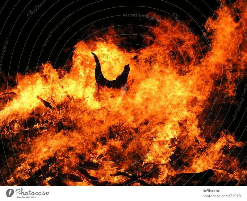 Feuerteufel 2 Flamme brennen Physik heiß Hexenfeuer Teufel gelb rot Nacht Desaster gefährlich obskur Brand Wärme