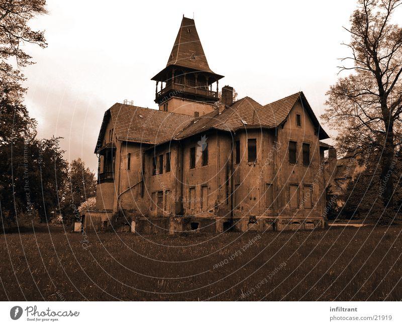 mysteriöses Haus Villa Gebäude geheimnisvoll unheimlich verfallen Schwarzweißfoto alt Einsamkeit Sepia