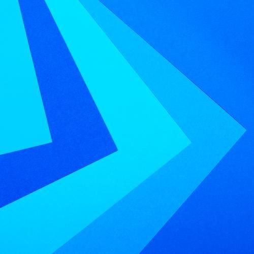 Papierblätter in verschiedenen Blautönen liegen übereinander Linie Pfeil Streifen ästhetisch eckig blau gewissenhaft Ordnungsliebe Design Farbe Zufriedenheit