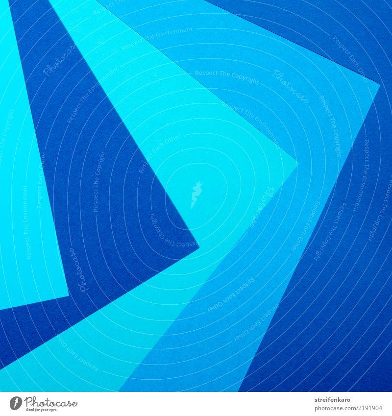 Papierblätter in verschiedenen Blautönen liegen übereinander Linie Pfeil Streifen ästhetisch eckig blau Ordnungsliebe Zufriedenheit Design Farbe Konkurrenz
