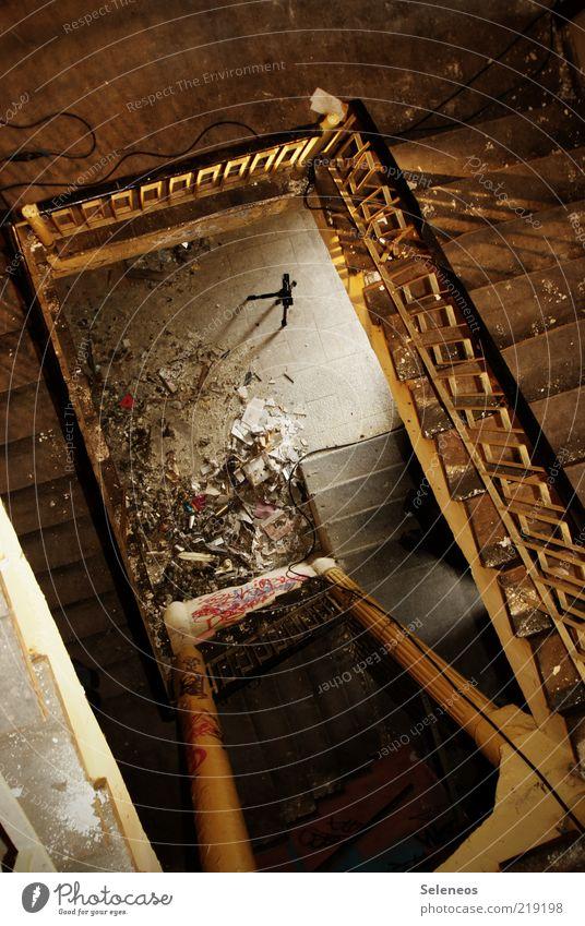 down Haus Renovieren Innenarchitektur Bauwerk Gebäude Architektur Treppe Stativ alt Armut bedrohlich dreckig dunkel historisch kaputt Verfall Vergangenheit