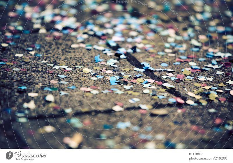 Konfetti Party Veranstaltung Feste & Feiern Karneval Stimmung Freude Fröhlichkeit Ausgelassenheit verkatert Farbfoto Außenaufnahme Nahaufnahme Tag liegen
