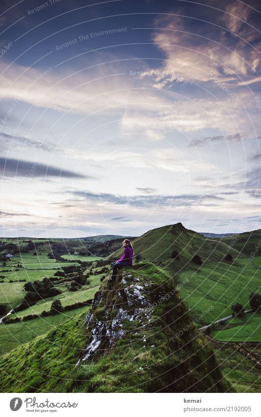 Abends auf dem Hügel Mensch Himmel Sommer Landschaft Erholung Wolken ruhig Ferne Lifestyle Leben feminin Gras Freiheit außergewöhnlich Felsen Ausflug