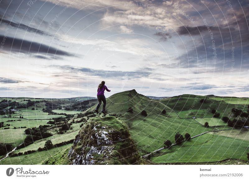 Vor Glück schweben Mensch Himmel Ferien & Urlaub & Reisen Sommer grün Landschaft Wolken Ferne Lifestyle Leben Gras Freiheit außergewöhnlich fliegen oben
