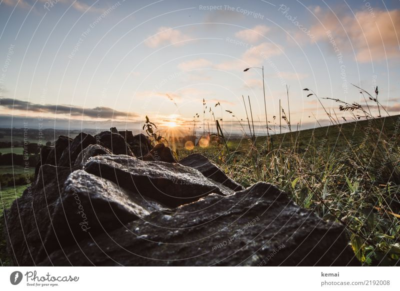 Sonnenaufgang über der Mauer Himmel Natur Sommer schön Landschaft Erholung Wolken ruhig Ferne dunkel Freiheit Ausflug Zufriedenheit Freizeit & Hobby Feld
