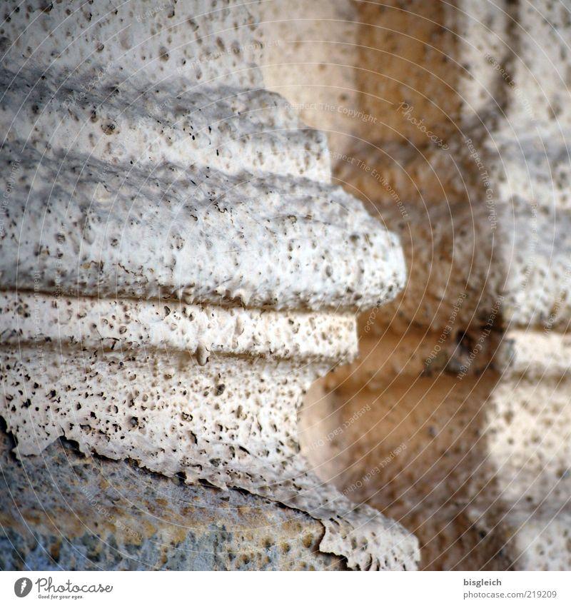 verwittert alt Haus Wand grau Stein Mauer braun Fassade trist kaputt Vergänglichkeit verfallen Verfall Säule Putz abblättern