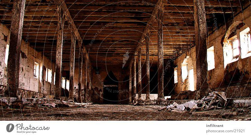 Alter Stall Gebäude Scheune verfallen Landwirtschaft Vergänglichkeit alt Innenansicht Innenaufnahme