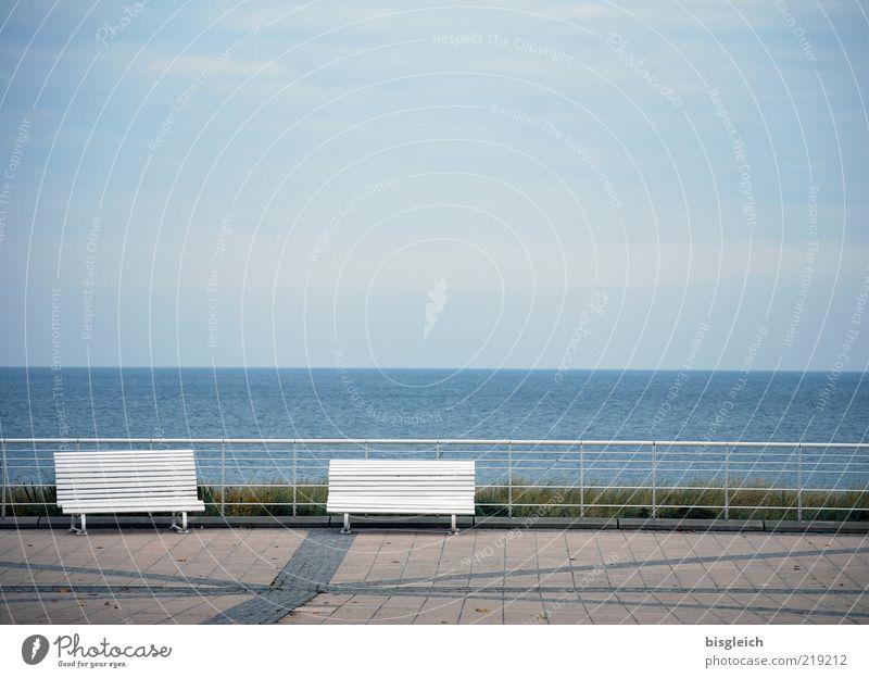 Das Ende der Saison Meer Bank Luft Wasser Herbst Strand Uferpromenade Kühlungsborn Deutschland Europa blau grau ruhig Einsamkeit Saisonende Farbfoto