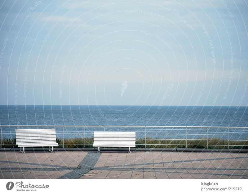 Das Ende der Saison Wasser Himmel Meer blau Strand ruhig Einsamkeit Herbst grau Luft Deutschland Horizont leer Europa Bank Geländer