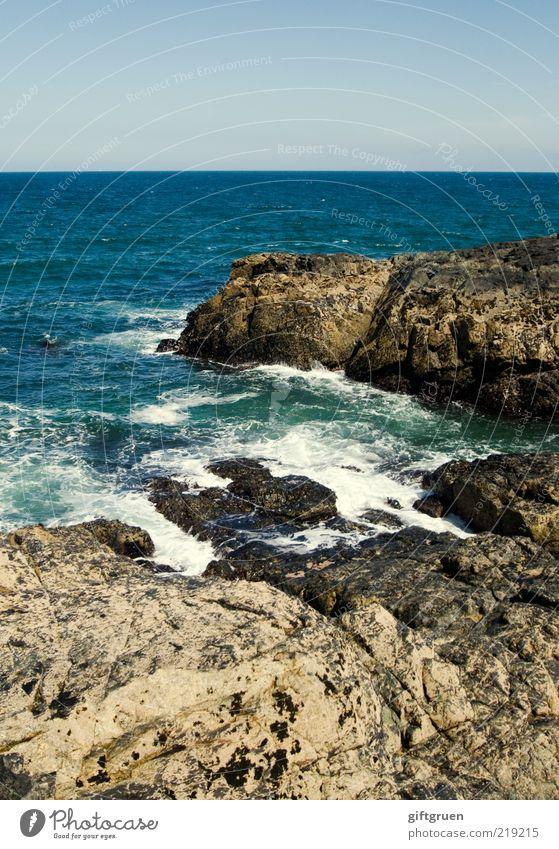 solid as a rock Umwelt Natur Landschaft Urelemente Wasser Himmel Wolkenloser Himmel Sommer Klima Schönes Wetter Wellen Küste Meer Insel ästhetisch natürlich