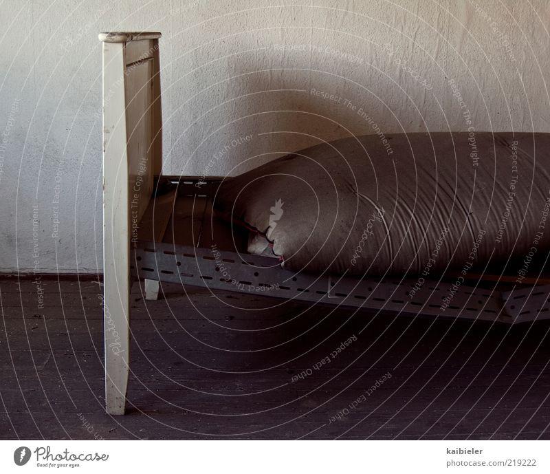 Adipositas Übergewicht Möbel Bett Raum Schlafzimmer Haus Bettdecke Bettwäsche Holzfußboden Tapete alt dreckig dunkel grau rot weiß Völlerei gefräßig
