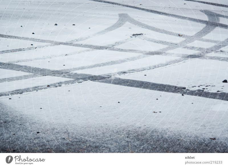 Schnee weiß Marke PKW Reifen Winter kalt tretend Wagenräder Tourneen Eis Wartehäuschen Boden gleitend Vergänglichkeit grau geometrisch Straße Portugal