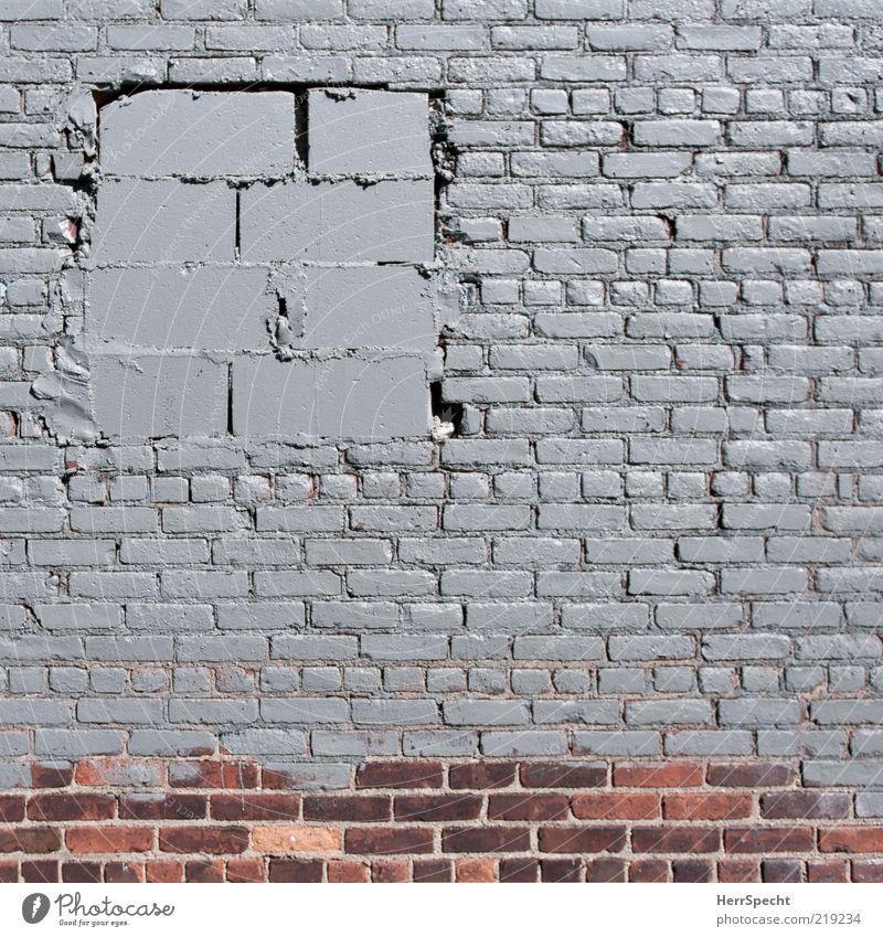 Frisch renoviert rot Wand Fenster grau Mauer klein groß geschlossen trist Backstein trashig hässlich Öffnung Anstrich Fassade Strukturen & Formen