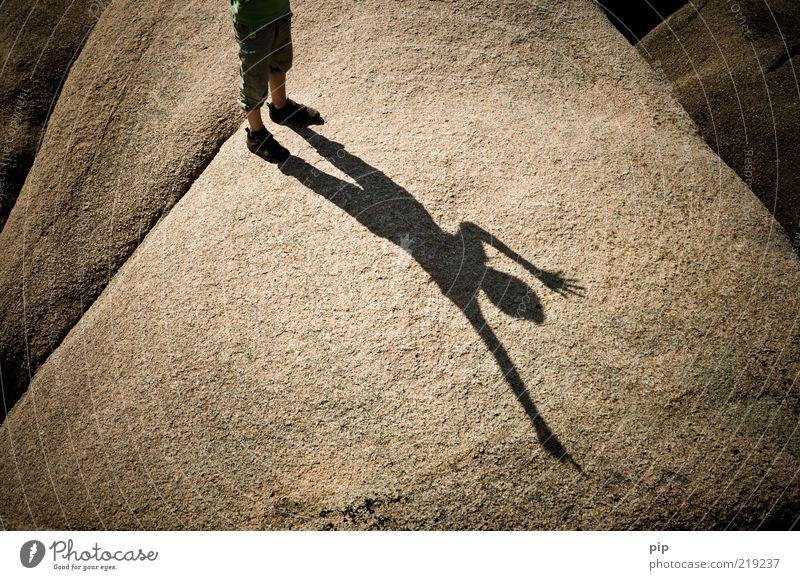 schattenwurf Mensch Sommer Freude Junge Spielen oben Bewegung Glück Stein Fuß Beine braun Felsen Fröhlichkeit stehen Klettern