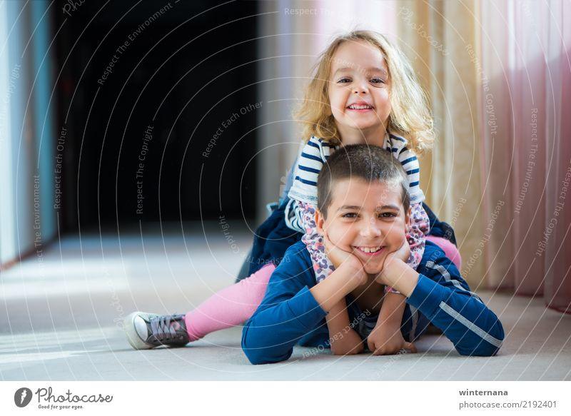 Kinder mit Freude Junge Mädchen Glück Lächeln Liebe Sonne Hotel Stock posierend klein Glanz blondes Haar